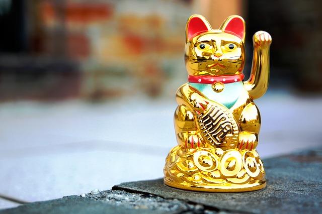 お客さんを呼ぶ人のスピリチュアル。招き猫体質はオーラが大きく憑依体質が多い?