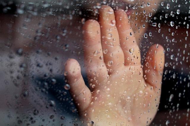 雨の日は幽霊が出やすい?神社やお寺、水辺には気を付けて。